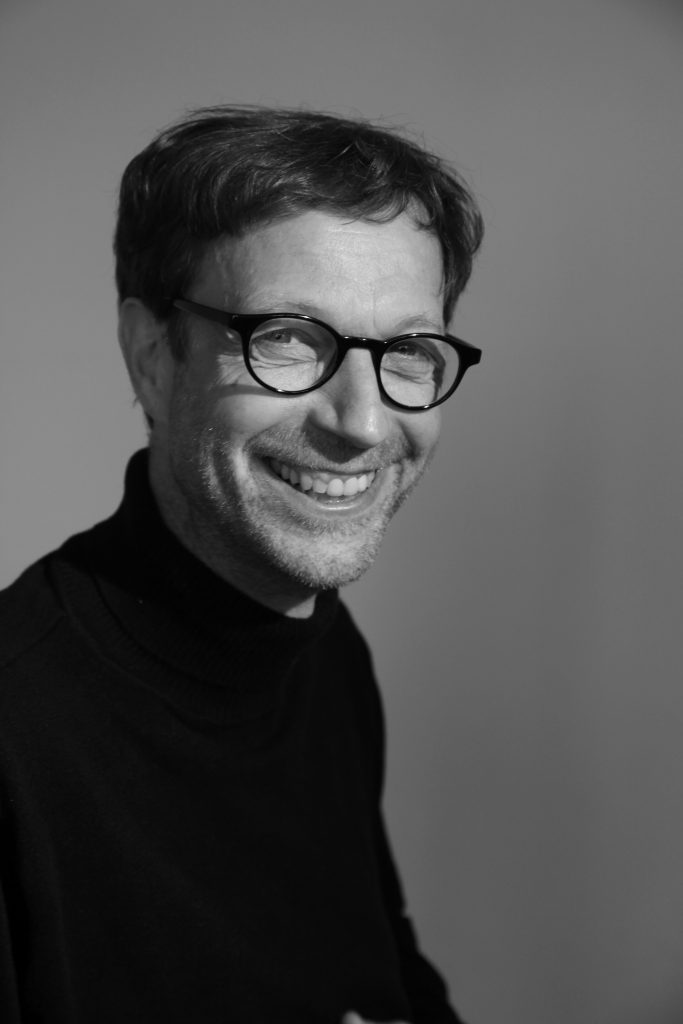 schwarz-weiß mit Brille lachend
