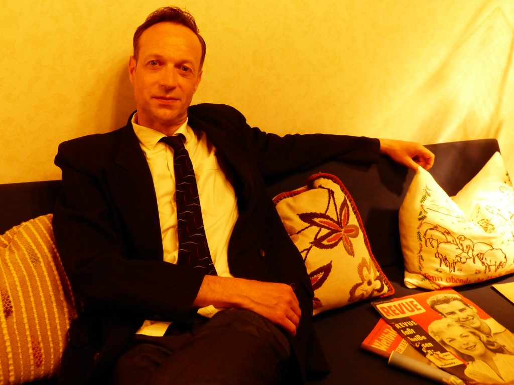 Martin auf 50er-Sofa