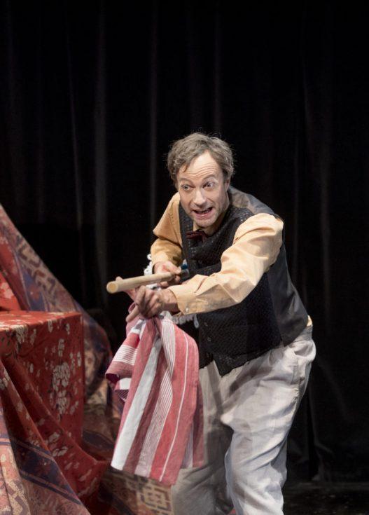 """Martin Skoda als Opa in der Theaterproduktion """"geheim"""" von Theo Fransz"""