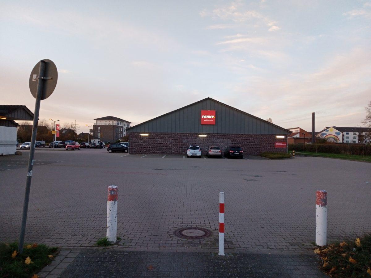 Ein verwaister Supermarktparkplatz
