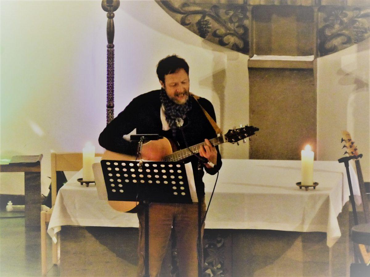 Martin mit Gitarre vor Altar