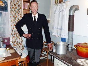 Martin in 50erJahre-Anzug in 50er_Jahre-Küche im Deutschen Salzmuseum 2018